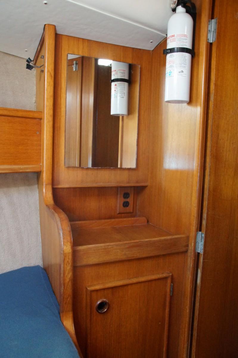 Table de chevet et placard cabine avant tribord